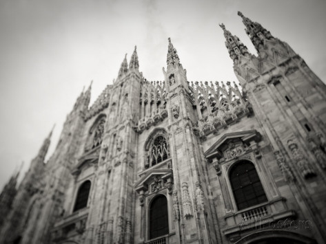 walter-bibikow-lombardy-milan-piazza-duomo-duomo-cathedral-defocussed-italy