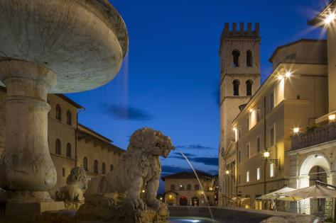 brian-jannsen-twilight-in-piazza-del-comune-assisi-umbria-italy